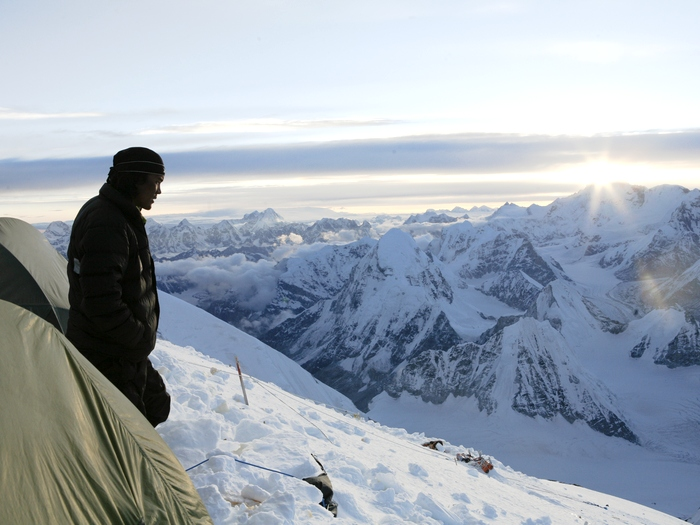 шерпа ранним утром в горах
