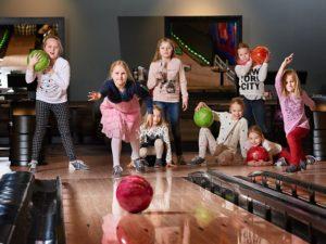 Дети в боулинге