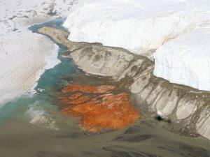 Цвет воды в водопаде Антарктиды