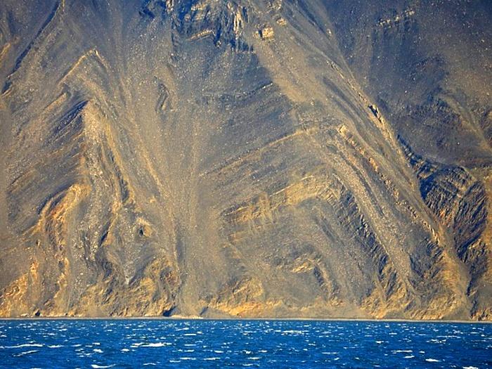 Неприступные скалистые берега острова Врангеля