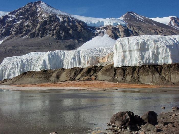 Уникальный водопад в Антарктиде