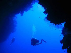 Подводная вертикальная пещера