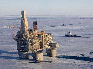 Нефтегазодобывающая платформа в Охотском море