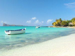 Океан, песок и лодки