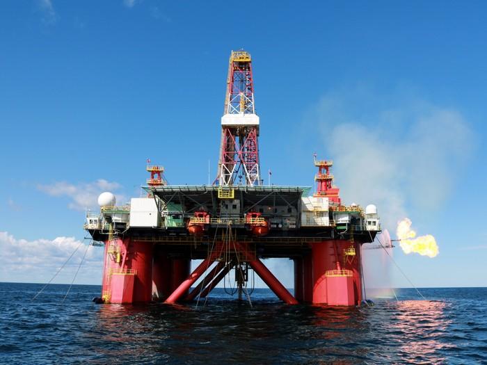 Нефтяные платформы в Охотском море