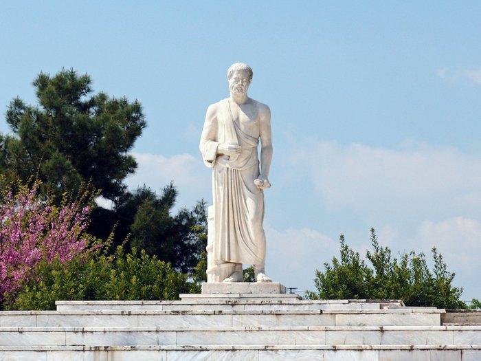 Памятник полубогу